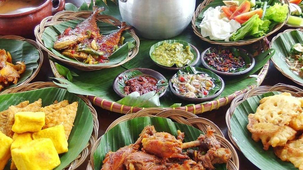 Makan Nasi Liwet dengan Lauk Melimpah Bareng Temen di Sini, Yuk!