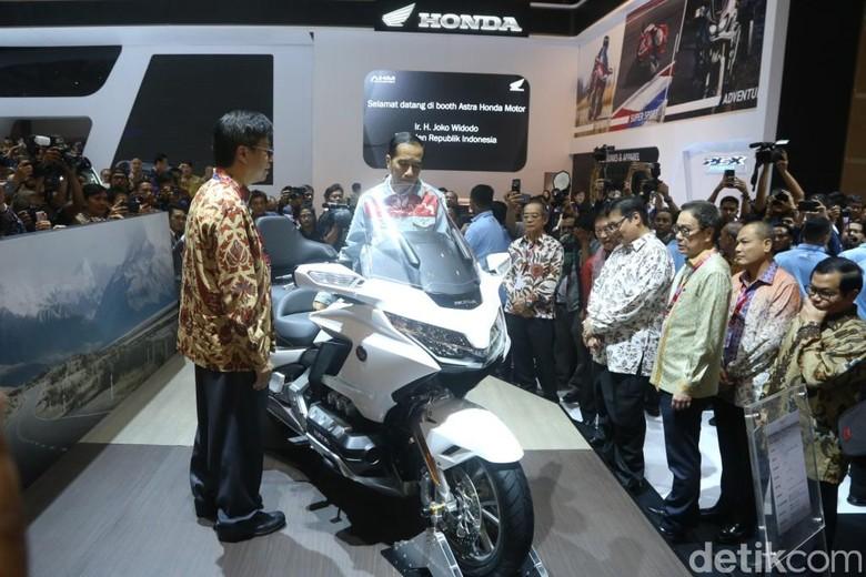 Jokowi saat melihat Honda Gold Wing di booth AHM. Foto: PT Astra Honda Motor