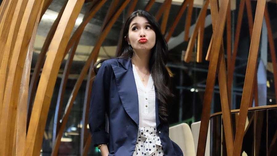 Pesona Istri Daniel Mananta hingga Pose Monyong Sandra Dewi