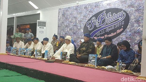 SBY dan Bu Ani mendengarkan aspirasi warga Baduy.