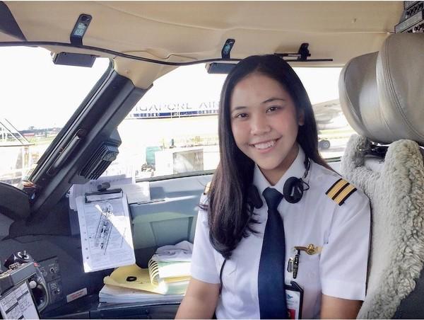 Kenalkan, inilah Tania Artawidjaya. Gadis cantik berusia 24 tahun ini berhasil meraih cita-citanya menjadi seorang pilot di maskapai Garuda Indonesia. (Instagram/@taniawidjaya)