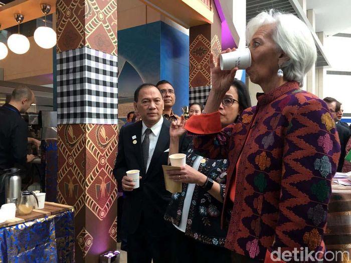 Didampingi Menteri Keuangan Sri Mulyani Indrawati dan Gubernur Bank Indonesia (BI) Agus Martowardojo, Lagarde sempat menikmati kopi khas Indonesia.