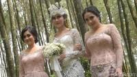 Nagita Slavina dan Nisya yang merupakan kakak Syahnaz terlihat mendampingi. Foto: Pernikahan Syahnaz (Noel/detikHOT)