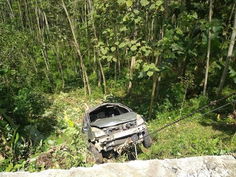 Pasutri Terluka setelah Mobilnya Masuk Jurang di Trenggalek