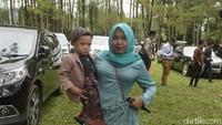 Rafathar dan pengasuhnya, Lala pun tak ketinggalan dalam acara tersebut. Foto: Pernikahan Syahnaz (Noel/detikHOT)