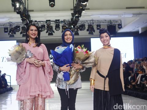 Angkie Yudistia dan Iin Fahima di Fashion Show Jenahara.