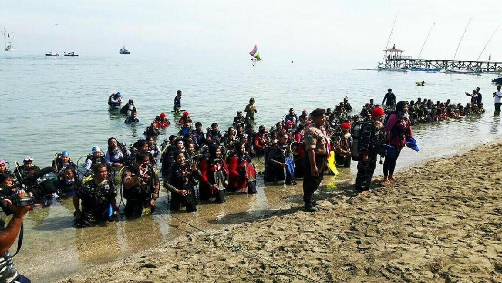 221 Wanita Penyelam Kibarkan Bendera di Bawah Laut Situbondo