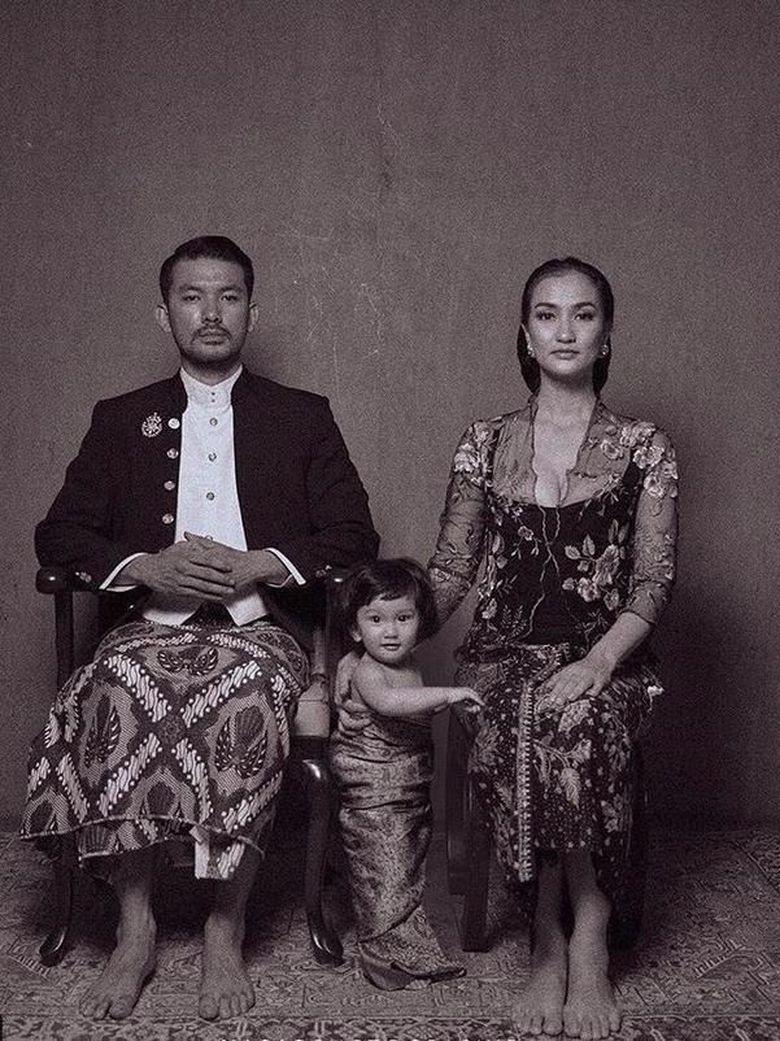 Kalau ini gaya keluarga Atiqah Hasiholan dan Rio Dewanto bersama dengan putri kecil mereka Foto: Selebriti Kartini (Instagram)
