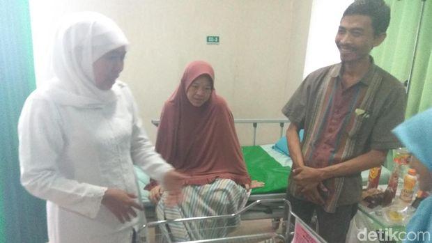 Khofifah Sambangi Ibu-ibu Hamil di RS Sidoarjo, Beri Nama ke Bayi