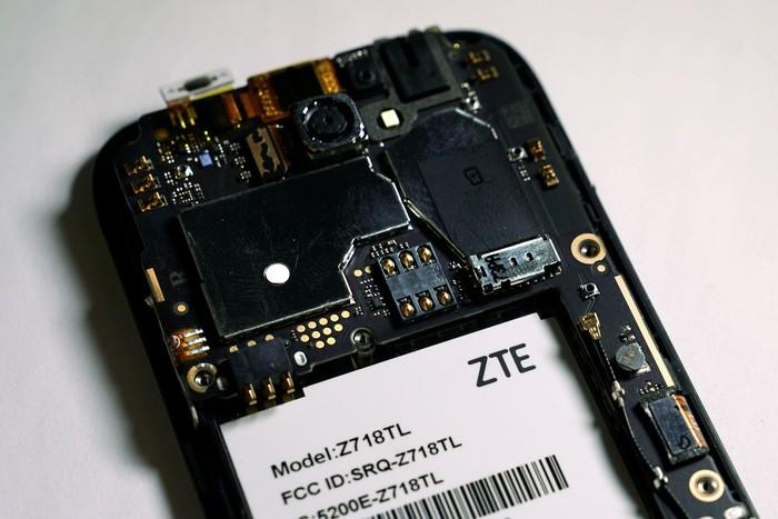 Bagian dalam ponsel ZTE. Foto: Reuters