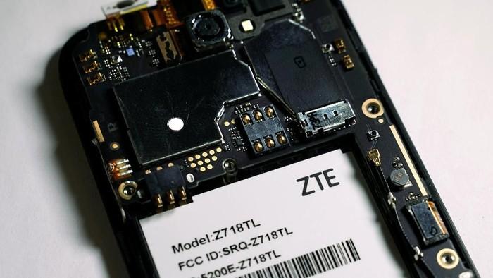 Komponen ponsel ZTE. Foto: Reuters
