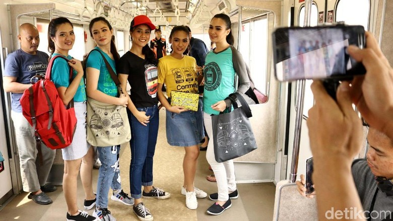 Si Cantik dengan Merchandise Commuter Line