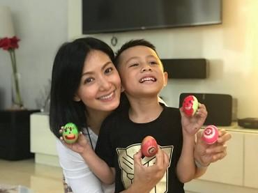 Aih telur lukis karya ibu dan anak ini lucu banget. (Foto: Instagram/sbachtiar)