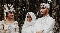 Hari yang dinantikan akhirnya datang juga. Syahnaz dan Jeje akhirnya resmi menjadi suami-istri. Foto: Syahnaz, Jeje dan Mama Amy (Asep/detikHOT)