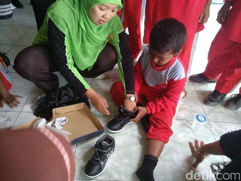 Saat Mimpi Anak Yatim Piatu tentang Sepatu Baru Terwujud