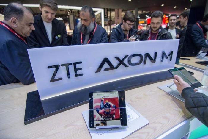 Salah satu smartphone ZTE. Foto: Reuters
