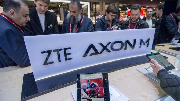 Penampakan ZTE Axon M. Foto: Reuters