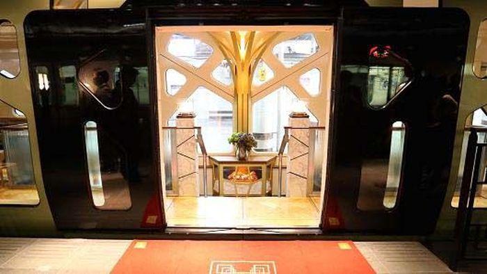 Saat memasuki kereta, penumpang akan disambut dengan gerbang emas yang mewah. CNBC/Istimewa.