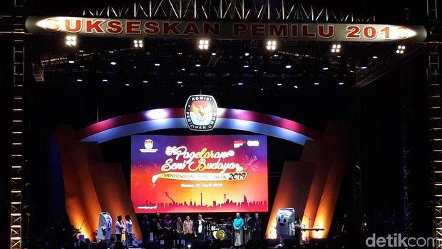 Maskot KPU 'Sang Sura' di atas panggung di Monas. Foto: Tsarina Maharani