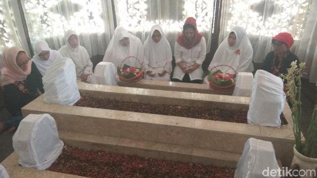 Puti berziarah di makam KH Ali Masud
