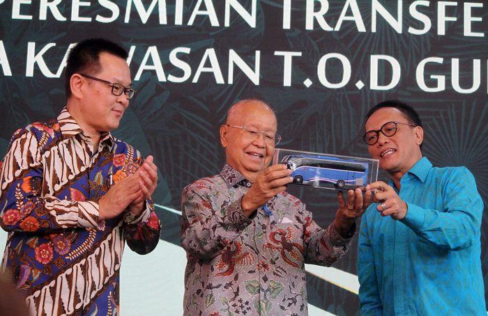 Hadir dalam acara tersebut Mantan Menteri Tenaga Kerja yang juga Presiden Direktur APL, Cosmas Batubara, Plt Bupati Bogor, Nurhayanti dan Kepala Badan Pengelola Transportasi Jalan ( BPTJ) Bambang Prihartono. Foto: dok. APL