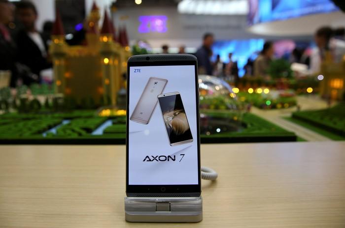 Ponsel ZTE Axon. Foto: Reuters