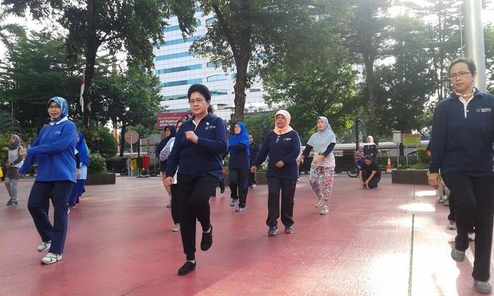 Menjadi Menteri Kesehatan harus menjaga kesehatan dirinya juga. Seperti yang dilakukan Nila F. Moeloek yang menjaga kesehatan dengan rutin senam di kantornya setiap hari Jumat. (Foto: Widiya Wiyanti/detikHealth)