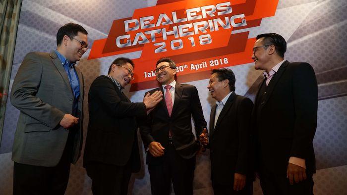 Presiden Direktur CIMB Niaga Tigor M. Siahaan (tengah) didampingi Presiden Komisaris CIMB Niaga Auto Finance (CNAF) Wan Razly (kiri) dan Presiden Direktur CNAF Ristiawan Suherman (kanan) berbincang dengan Presiden Direktur Bestindo Car Utama Johannes Indra Tjuatja (kedua kanan) dan Presiden Direktur Nusantara Joe Ferry (kedua kiri) pada Dealers Gathering 2018 di Jakarta, Jumat (20/4/2018).