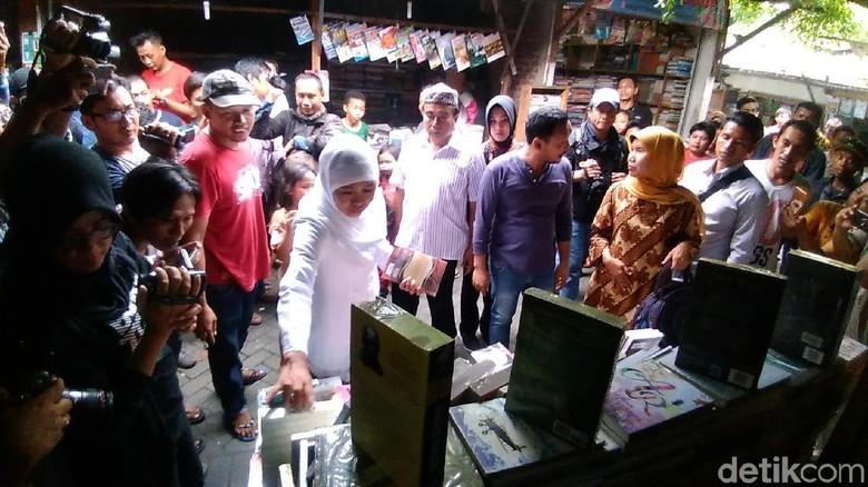 Khofifah Borong Buku Biografi Gus Dur dan Kartini di Kampung Ilmu