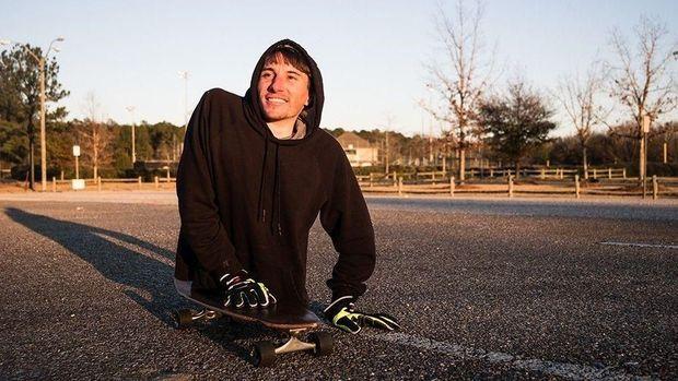 Rowdy menggunakan skateboard