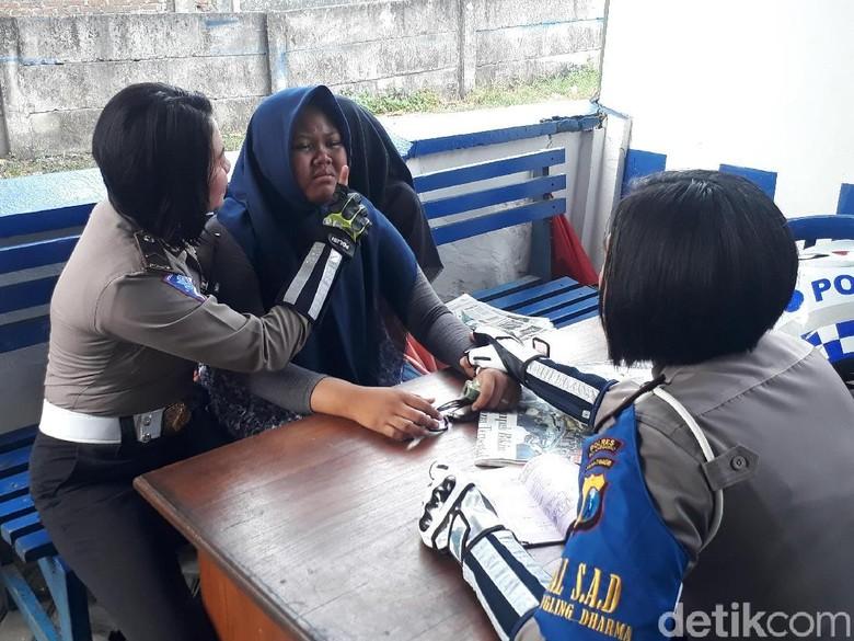 Dua ABG Ini Nangis-nangis Menolak Ditilang Polisi