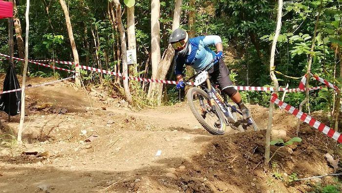 Pahraz Salman Alparisi melibas trek Bukit Hijau Bike Park, Imogiri, Bantul, saat seeding run (dok.Indonesian Downhill)