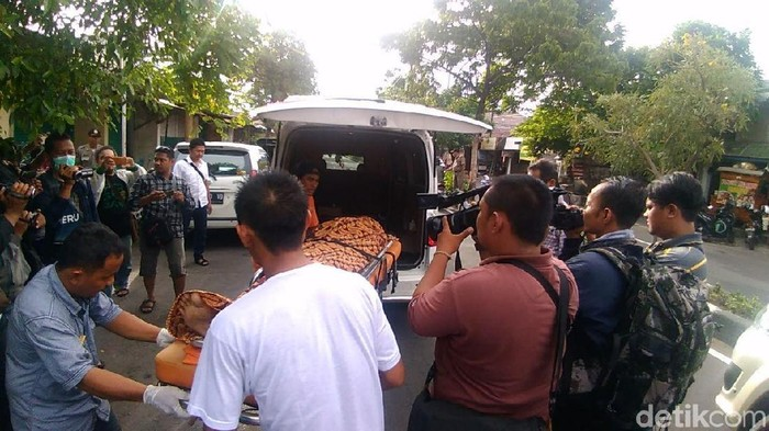 Jenazah korban miras oplosan diautopsi di RS Bhayangkara/Foto: Deny Prastyo Utomo