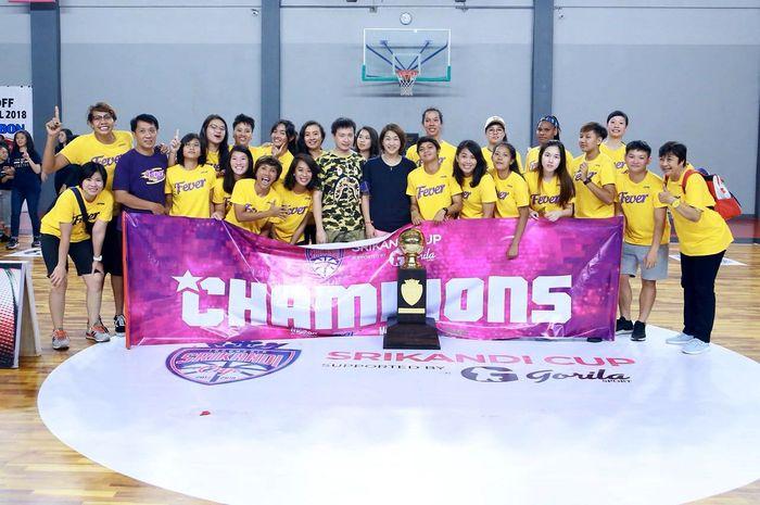 Surabaya Fever saat berfoto bersama usai memenangkan Srikandi Cup 2017-2018. Istimewa/Srikandi Cup.