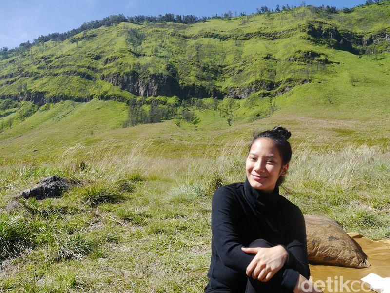 Tara Basro wisata Gunung Bromo pada Sabtu (21/4/2018) kemarin bersama para sahabatnya (Kurnia/detikTravel)