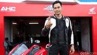 Serunya Darius Sinathrya Ajak Istri dan Anak Nonton Timnas Indonesia