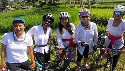 Memeringati Hari Kartini, para perempuan memakai pakaian adat seperti kebaya sudah biasa. Namun yang unik adalah mereka memakai kebaya sambil berolahraga.
