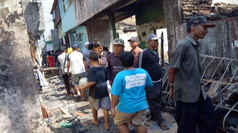 Korban Kebakaran Tambora Mulai Bersihkan Puing-puing Rumah
