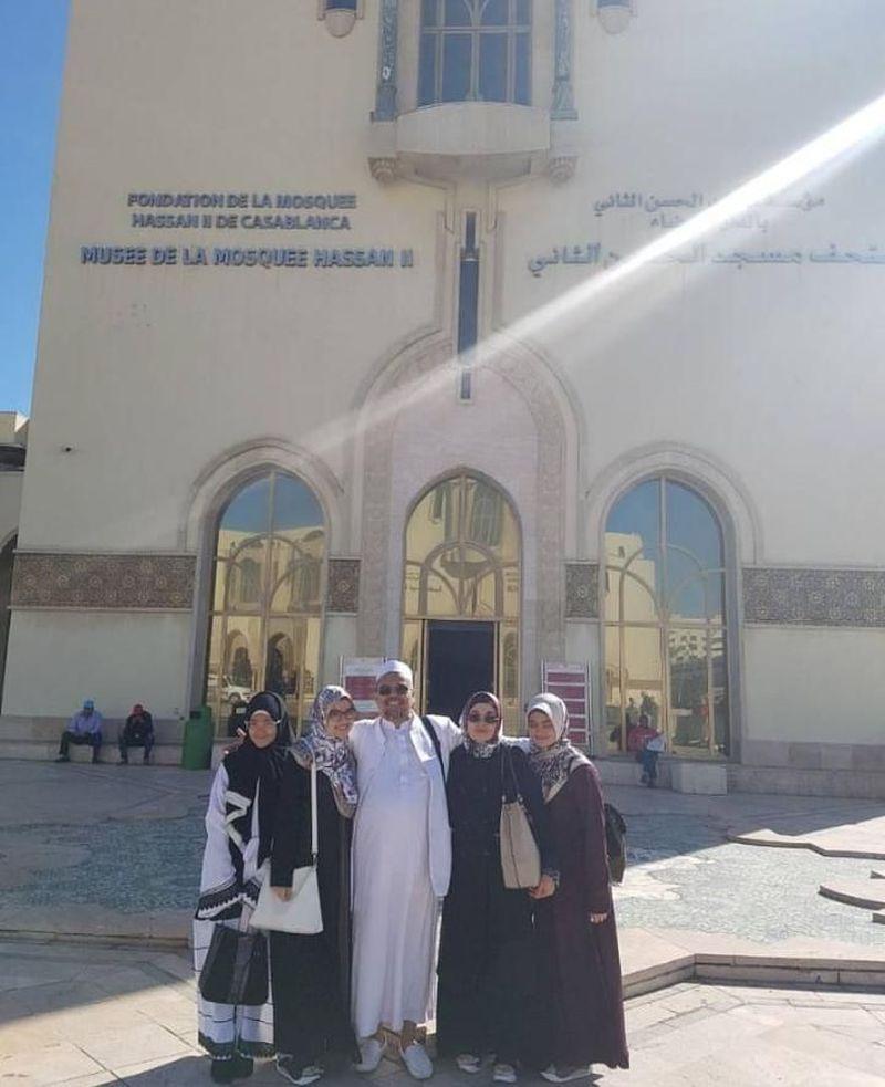 Habib Rizieq Shihab bersama keluarga berfoto di depan Masjid Hassan II, masjid terbesar di Maroko. Lokasinya berada di Kota Casablanca. (dok Istimewa dan Tim Kapitra Ampera)