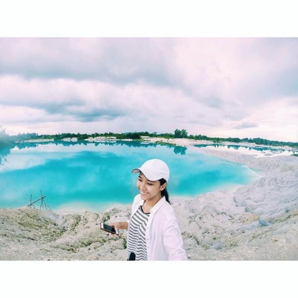 Keindahan Danau Kaolin di Belitung juga pernah disambangi Tania. Alam Indonesia memang indah! (Instagram/@taniawidjaya)