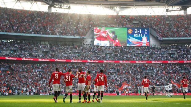 Pemain-pemain Manchester United berselebrasi saat unggul 2-1 atas Tottenham.