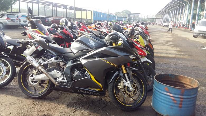 Motor-motor CBR terparkir di Sirkuit Sentul. Foto: Muhammad Idris