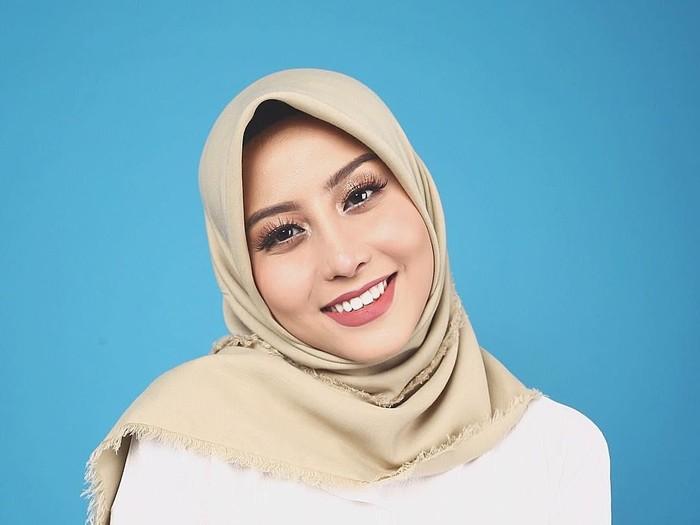 Karin Novilda (Awkarin) Berjualan Hijab. Foto: Instagram/Awkarin