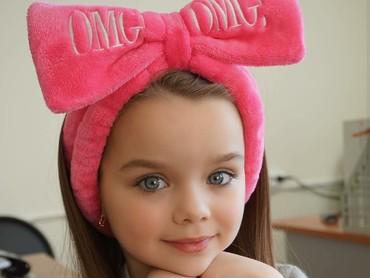 Dengan pita yang super besar, si kecil makin manis. Semoga senyumnya makin bikin hari ini lebih ceria. (Foto: Instagtram/anna_knyazeva_official via topministarmodels)