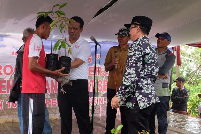 Kementan bagikan bibit pohon di Cianjur