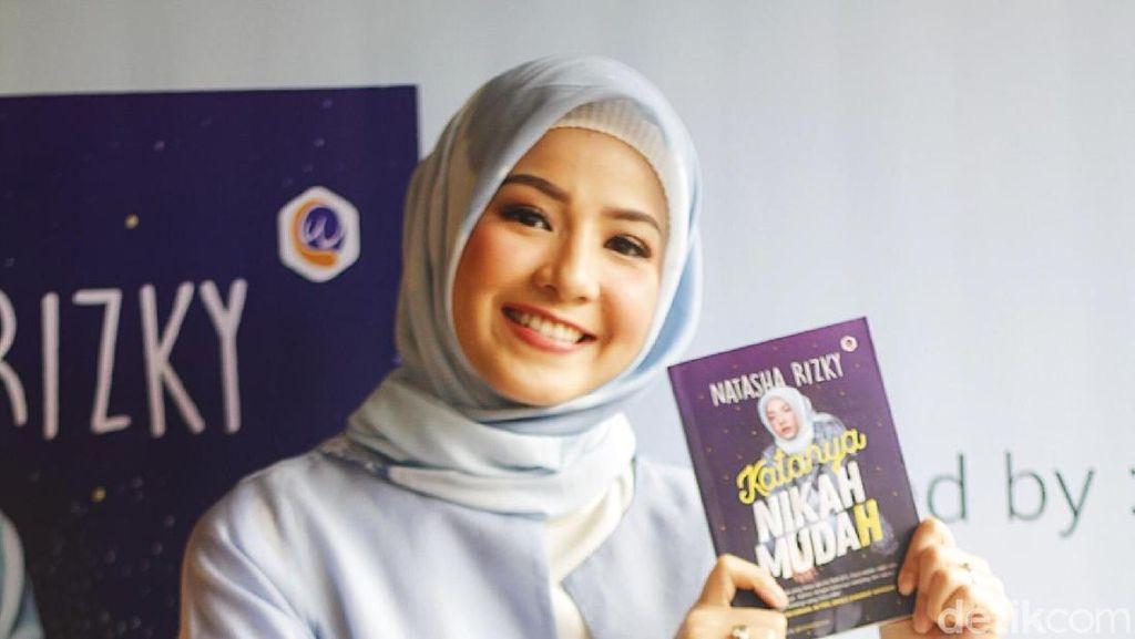 Cantiknya Natasha Rizky Pakai Hijab Simple Saat Peluncuran Buku