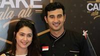 Ali Syakieb saat ini sedang membuka bisnis kue, tak ketinggalan sang kakak Nabila Syakieb menghadiri grand opening acara tersebut. Foto: Dok. Instagram