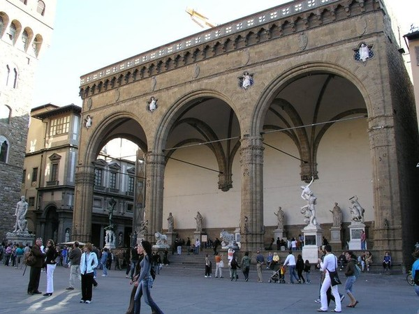 Begitupun dengan Florence, Italia yang jadi kelahiran Renaisans. Di sini, juga menjadi tempat penyair Dante bertemu dengan seseorang yang ia cintai, Beatrice yang menginspirasi karya-karyanya. Traveler pun bisa berkunjung ke Gereja Santa Margherita dei Cerchi, Ponte Vecchio atau Piazza della Signori (Visit Florence)