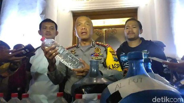 Kapolrestabes Surabaya tunjukkan barang bukti miras oplosan