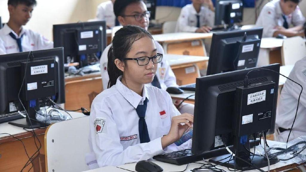 Siswa SMPN di Surabaya Lulus Hari Ini, Pengumumannya via Online